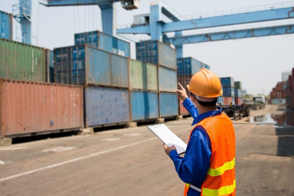 Lantul de Aprovizionare - Lucrator analizand containere